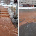 В Кирове из-за коммунальной аварии затопило тротуар и дорогу