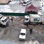 В Кирове мусоровоз застрял в яме во дворе на 8 часов
