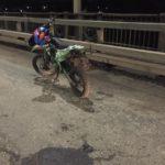 В Кирове пьяный 16-летний бесправник на мотоцикле опрокинулся на мосту