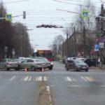 В Кирове на перекрестке столкнулись «Ниссан» и «Шкода»: пострадал один человек