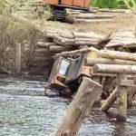 В Нагорском районе трактор упал в реку во время ремонта моста