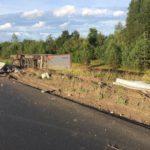 В Кирове фура снесла дорожное ограждение и опрокинулась в кювет