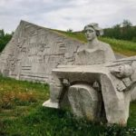 В Кирове 12-летняя девочка станцевала на скульптуре мемориала павшим воинам