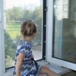 В Омутнинском районе 3-летняя девочка выпала из окна второго этажа