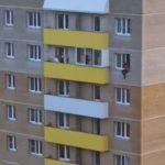 В Кирове молодую мать погибшей девочки сняли с подоконника 8 этажа