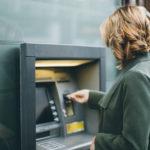 Случайные прохожие спасли кировчанку от действий мошенников