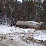 В Белохолуницком районе водитель фуры опрокинулся в кювет